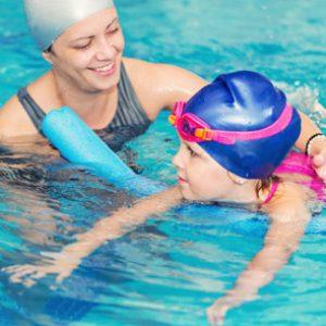 estudiar el curso de monitor de natación para bebés te abrirá las puertas del sector del deporte